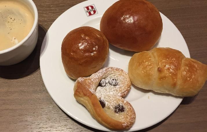ベーカリーレストランのバケットのパンの食べ放題