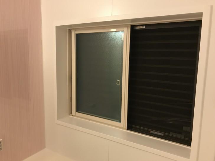 お風呂の窓の目隠しルーバー