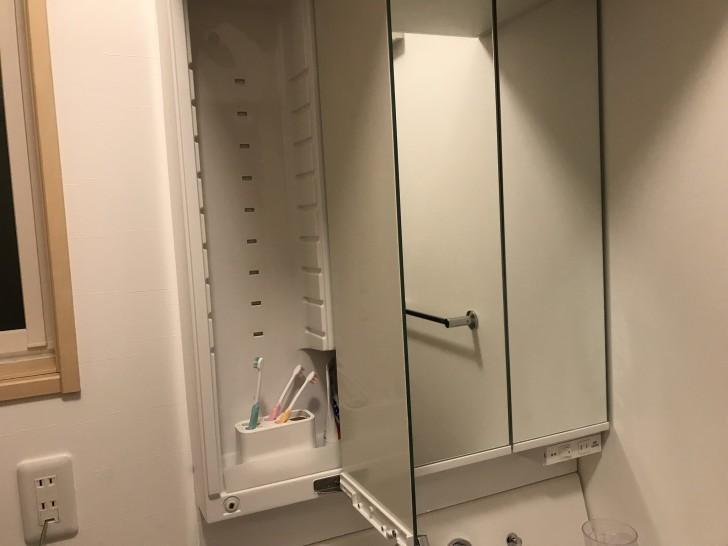 洗面台の鏡の裏収納1