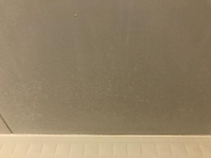浴槽の壁の水垢